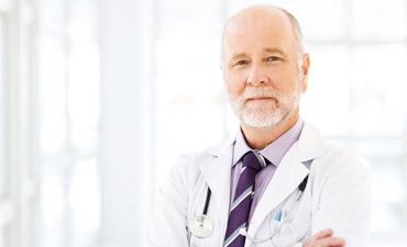 Un hombre en la consulta del urólogo en la Clínica E.M.E.C.E en Mallorca